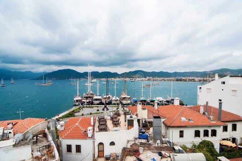 Mening van een kuststad dicht bij het overzees stock foto's
