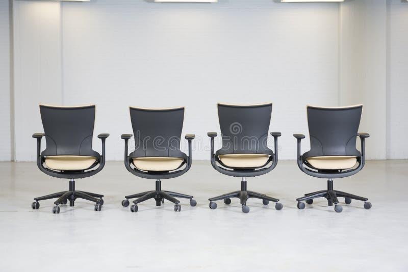 Mening van een lijn van lege bureaustoelen. royalty-vrije stock foto