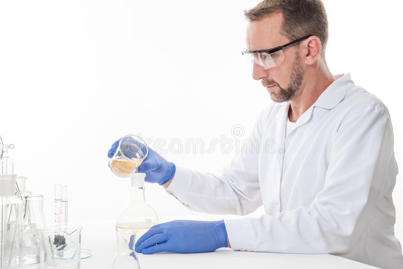 Mening van een mens in het laboratorium terwijl het uitvoeren van experimenten stock foto's