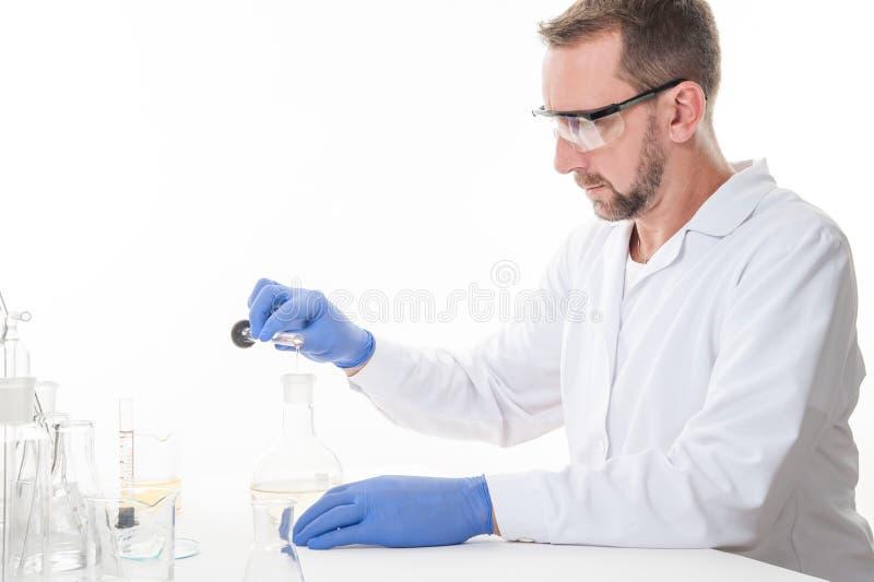 Mening van een mens in het laboratorium terwijl het uitvoeren van experimenten royalty-vrije stock afbeelding