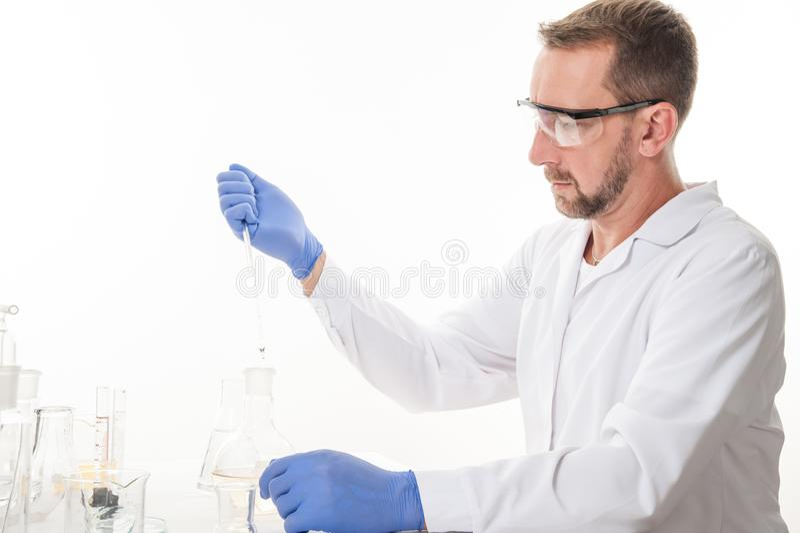 Mening van een mens in het laboratorium terwijl het uitvoeren van experimenten royalty-vrije stock fotografie