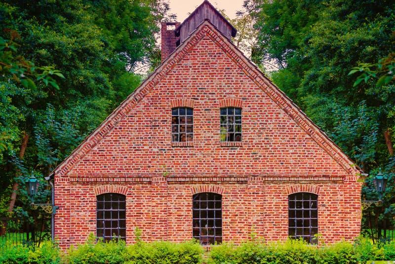 Mening van een oude rode baksteenfabriek stock afbeeldingen