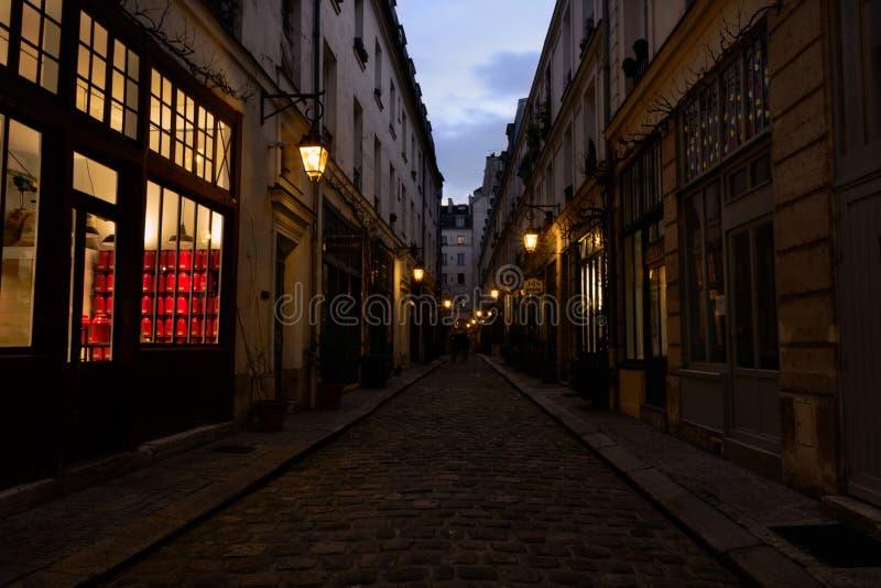 Mening van een Parijse steeg in het district van Bastille, Frankrijk royalty-vrije stock foto