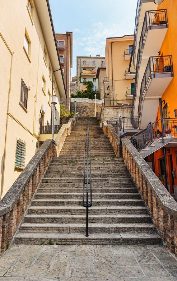 Mening van een straat in het stadscentrum van San Marino stock afbeelding