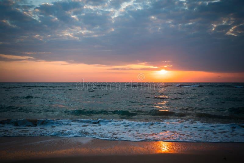 Mening van een strand op een zonsondergang over de oceaan royalty-vrije stock fotografie