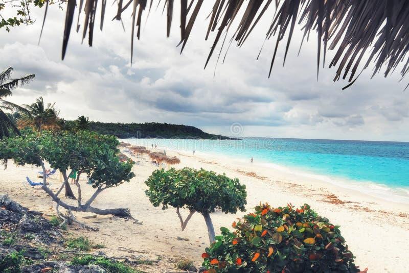 Mening van een tropisch strand met mensen op vakantie Rust op tropchisekeiland in de Caraïben Eiland in de Cara?bische Zee stock foto