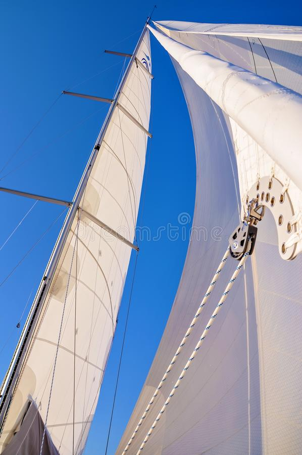 Mening van een zeilboot` s boog met mast en volledige zeilen royalty-vrije stock afbeelding