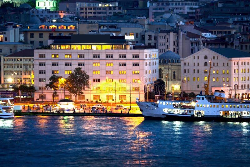 Mening van Eminonu/Gouden Hoorn in nacht-Istanboel, Turkije royalty-vrije stock afbeeldingen