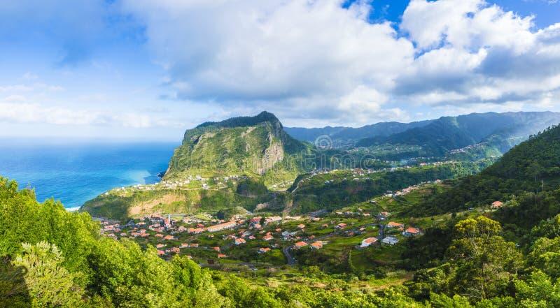 Mening van Faial-dorp en Eagle-rots, het eiland van Madera, Portugal stock afbeeldingen