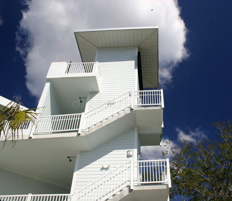 Mening van flatgebouw met koopflats royalty-vrije stock afbeelding