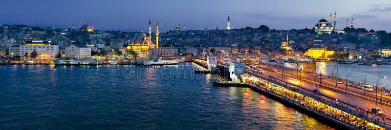 Mening van Galata-Brug bij nacht Istanboel, Turkije stock afbeelding