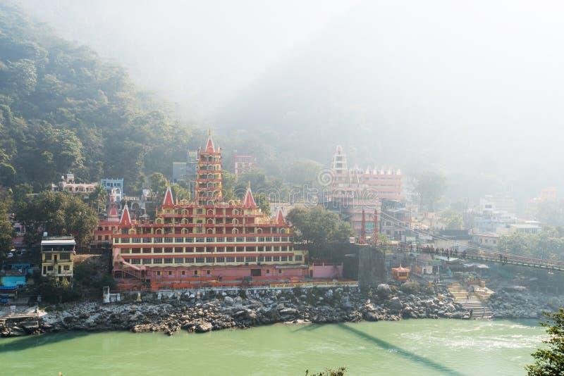 Mening van Ganga-rivierdijk, de brug van Lakshman Jhula stock afbeeldingen