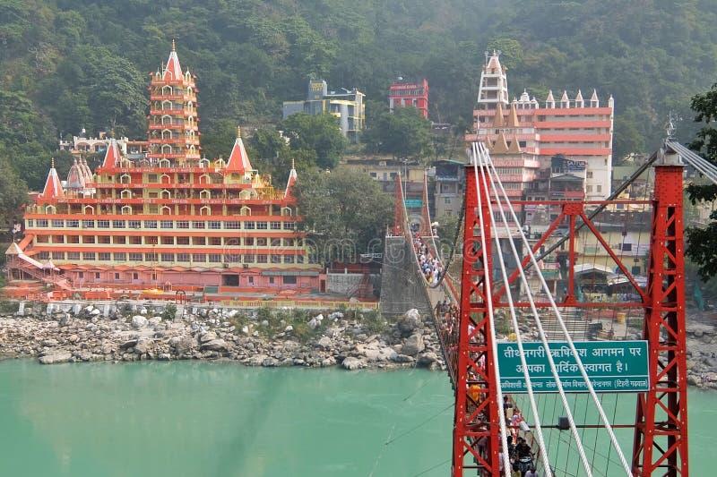Mening van Ganga-rivierdijk, de brug van Lakshman Jhula en Tera Manzil Temple, Trimbakeshwar in Rishikesh stock afbeeldingen