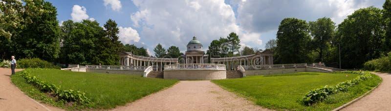 Mening van gazon voor een schilderachtig huis met een colonnade Het Dorp van Arkhangelsk Rusland royalty-vrije stock fotografie