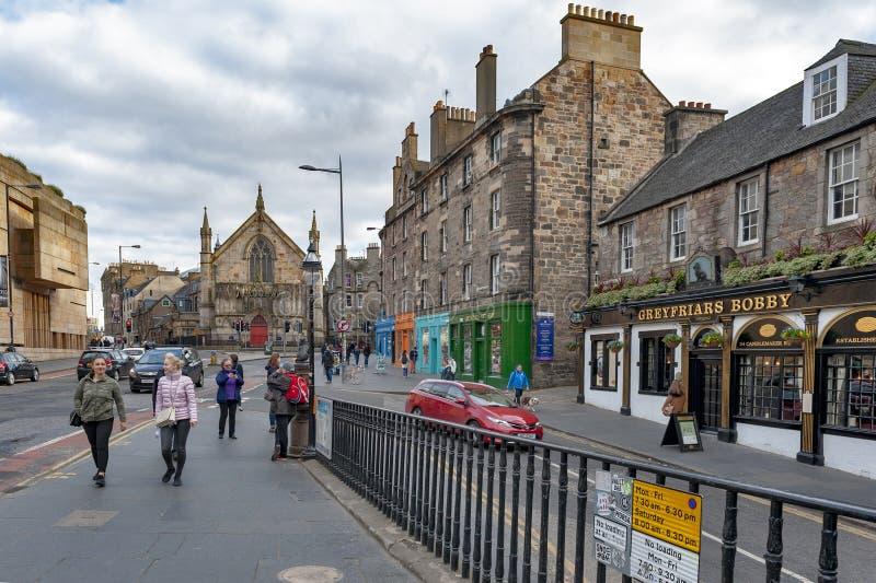 Mening van George IV Brug, opgeheven straat met historische gebouwen naar Tumult Theatreภ¡ Edinburgh, Schotland, het UK stock foto's