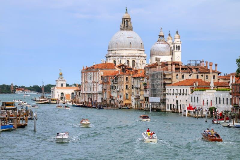 Mening van Grand Canal en Basiliekdi Santa Maria della Salute binnen stock foto's