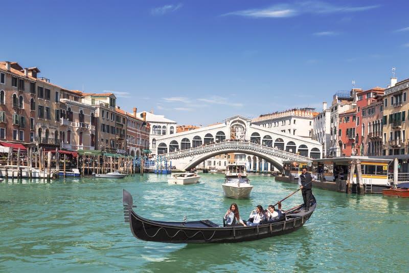 Mening van Grand Canal, gondel met toeristen en de Rialto-Brug Venetië royalty-vrije stock afbeelding