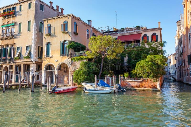 Mening van Grand Canal met kleurrijke oude huizen, Venetië, Italië royalty-vrije stock fotografie