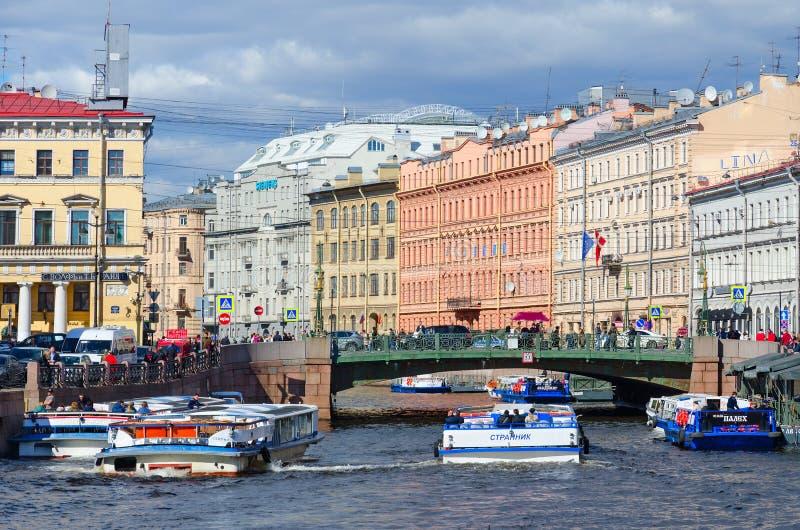 Mening van Groene Brug over Moika-Rivier, St. Petersburg, Rusland stock foto