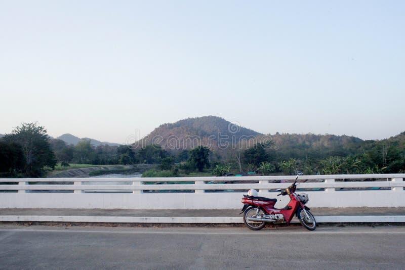 Mening van groene heuvels en bomen De meningen van bergen en gebouwen de mening van de weg snijdt door de natuurlijke route royalty-vrije stock afbeeldingen