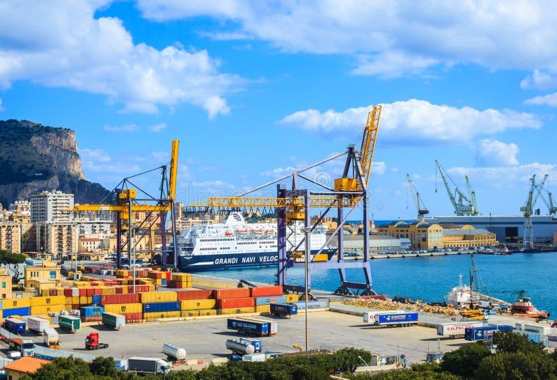 Mening van haven met kranen, containers en stad van Palermo in Sicilië stock afbeelding