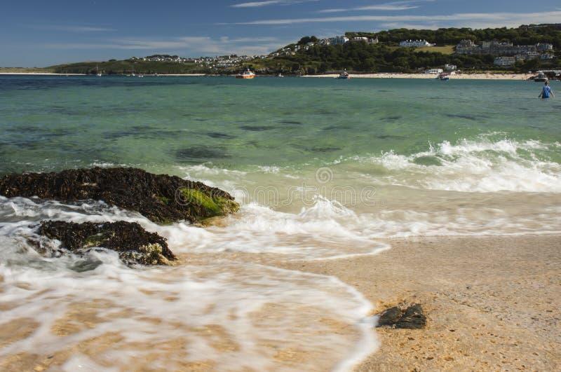 Mening van haven van strand bij St, Ives Cornwall royalty-vrije stock afbeelding
