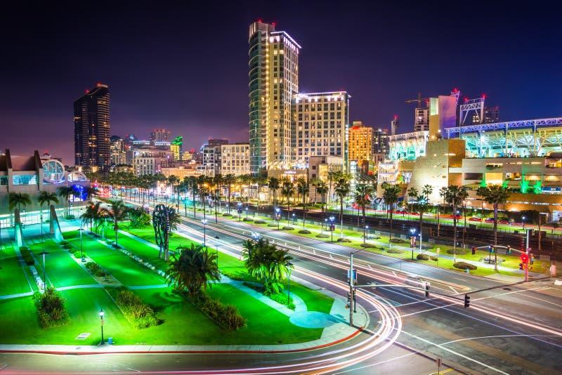 Mening van Havenaandrijving en wolkenkrabbers bij nacht, in San Diego, Cal stock afbeeldingen