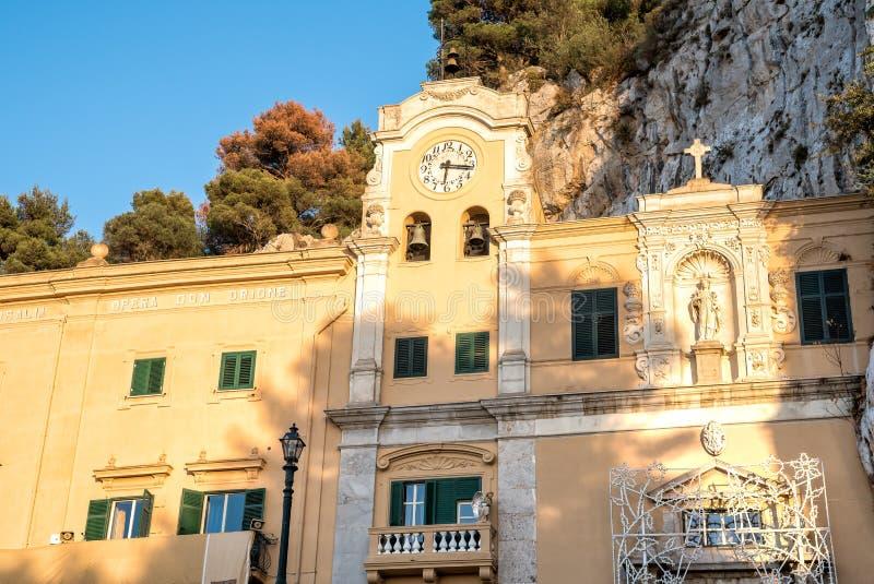 Mening van Heiligdom van Heilige Rosalia met het heilige hol bovenop Monte Pellegrino in Palermo, Sicilië royalty-vrije stock foto's