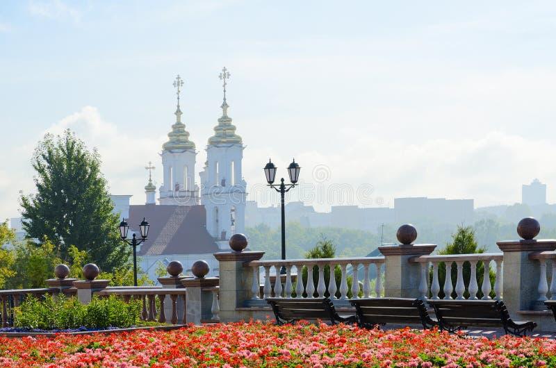 Mening van Heilige Voskresenskaya-kerk met Uspenskaya-berg, Vit stock afbeelding