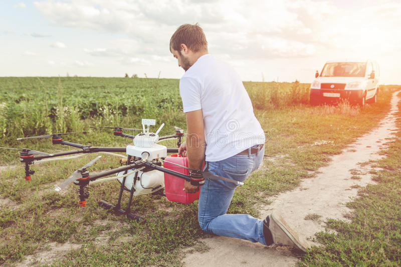 Mening van het achterproces om agrohommels voor irrigatie voor te bereiden royalty-vrije stock afbeeldingen