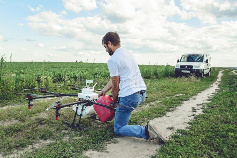 Mening van het achterproces om agrohommels voor irrigatie voor te bereiden royalty-vrije stock foto's