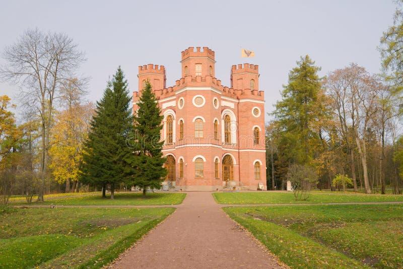 Mening van het Arsenaalpaviljoen in Alexander Park van Tsarskoe Selo op Oktober-Dag royalty-vrije stock foto's