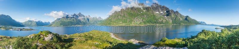 Mening van het het bekijken punt in Austnesfjorden-parkeerplaats, Lofoten, Noorwegen Panorama royalty-vrije stock fotografie