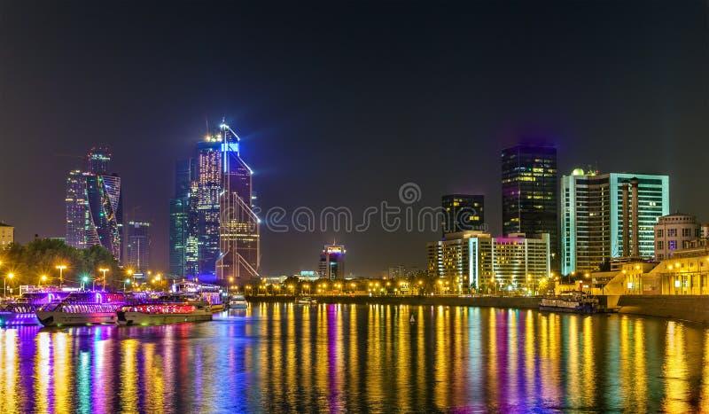 Mening van het Commerciële van Moskou Internationale Centrum boven de Moskva-Rivier in de nacht stock afbeelding