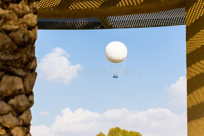 Mening van het de hemelvenster van de hete luchtballon de stijgende stock afbeeldingen