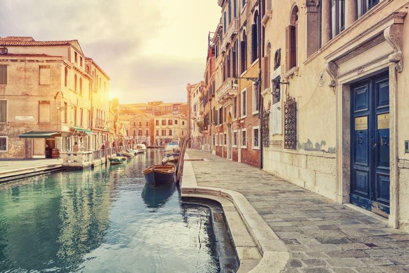 Mening van het de Straat en Kanaal van Venetië met boten in Venetië, Italië stock afbeelding