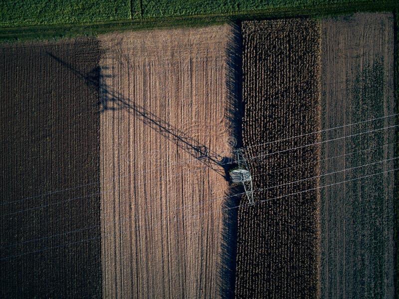 Mening van het de vogeloog van de hommelvlucht de lucht van tractor maaiend gras op mooi groen gebied en blauwe hemellandbouwer a royalty-vrije stock foto's