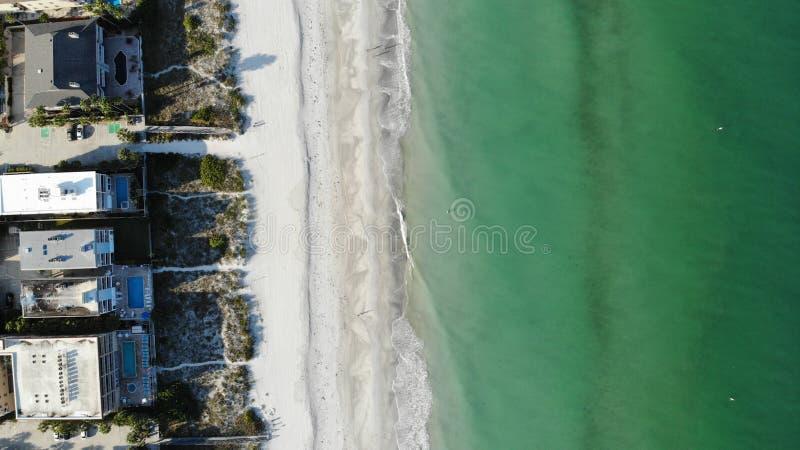 Mening van het de watervogelsoog van Florida de duidelijke blauwe, zandige strandenhommel stad â⠂¬â€ ¹ â⠂¬â€ ¹ op het stran stock foto's