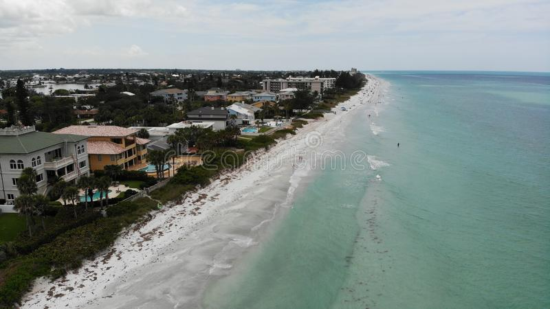 Mening van het de watervogelsoog van Florida de duidelijke blauwe, zandige strandenhommel stad op het strandsatellietbeeld van In stock foto