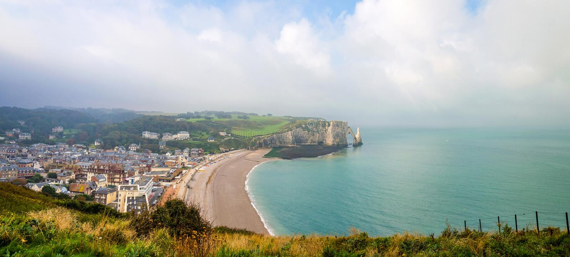 Mening van het de witte klippen en strand van Etretat in Normandië, Frankrijk stock foto