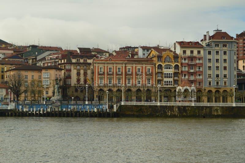 Mening van het Dok en de Gebouwen van Porugalete bij Zonsopgang van Getxo De Reis van de architectuurgeschiedenis stock fotografie