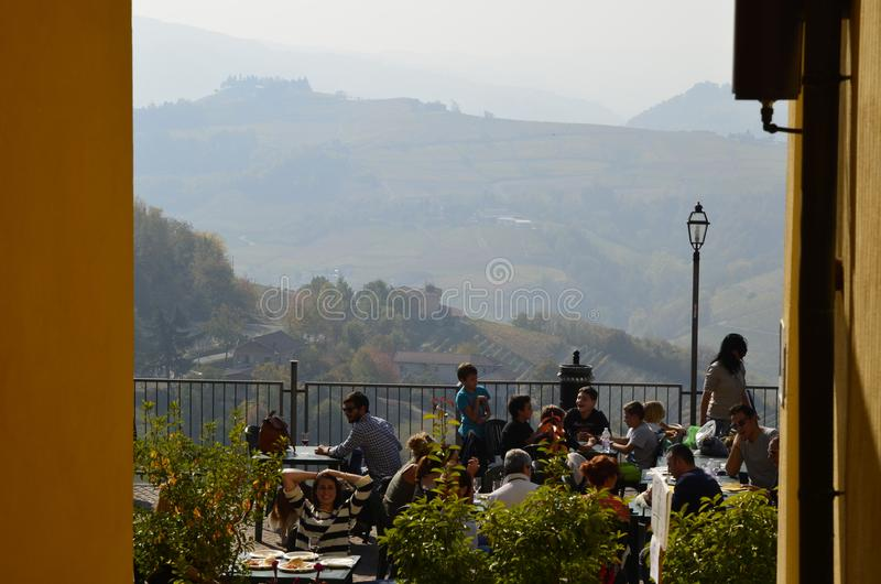Mening van het dorp van Calosso naar de wijngaarden, Monferrato stock foto's