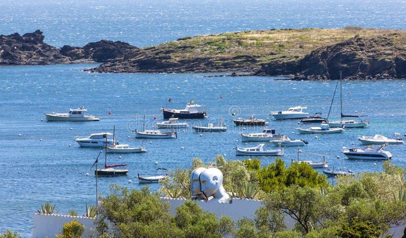 Mening van het dorp van kustcadaques en het dak van het huis van Salvador Dali stock foto