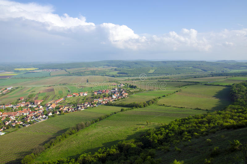 Mening van het dorp van Pavlov en de wijngaarden en gebieden op het gebied van Palava - Zuid-Moravië onder een blauwe hemel royalty-vrije stock foto's