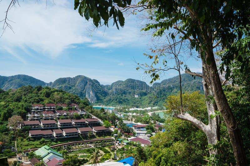 Mening van het eiland Phi Phi Don van het het bekijken punt, Thailand stock foto