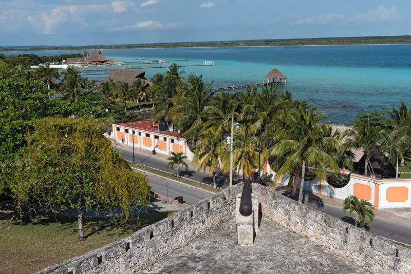 Mening van het fort van San Felipe aan Bacalar-Lagune, Mexico stock afbeelding