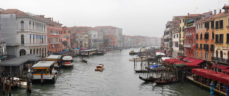 Mening van het Grande-Kanaal van Ponte Di Rialto Bridge Venetië Italië Een mistige dag In het watergebied kunt u zien stock foto's