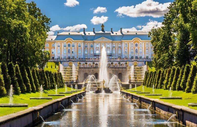 Mening van het Grote Paleis van Peterhof royalty-vrije stock foto's