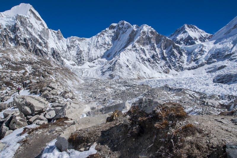 Mening van het Himalayagebergte (Lingtren, Khumbutse) uit de manier aan Ev royalty-vrije stock afbeeldingen