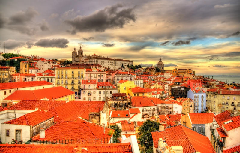 Mening van het historische centrum van Lissabon in de avond royalty-vrije stock foto